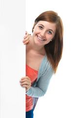 Glückliches Mädchen zeigt mit Finger auf Werbetafel