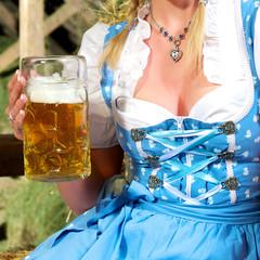 Dirndl Dekolletee mit Maß Bier