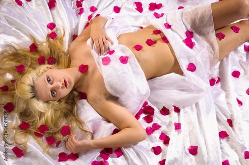 Kobieta w płatkach róż