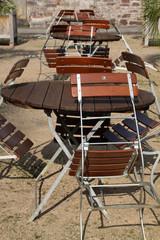 Tische und Stühle in einem Garten