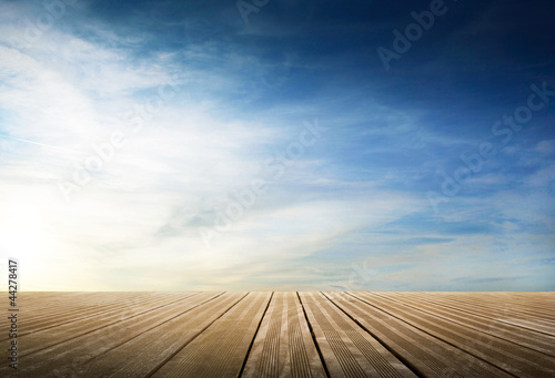 passerella di legno con cielo