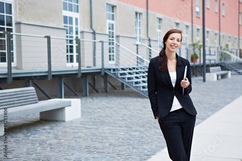 Geschäftsfrau mit Tablet Computer vor Büro