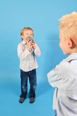 zwei Jungs im Studio mit einem Dosentelefon