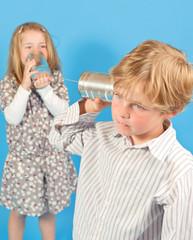 Kinder mit Dosentelefon