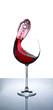 Rotwein schwappt aus Rotweinglas