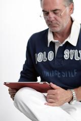 Mann liest auf Taplet