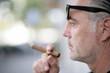 mann mit Zigarre im Profil