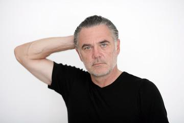 Mann in schwarzem T-shirt