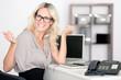 Fröhliche Frau am Arbeitsplatz