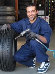 Mecánico cambiando las llantas de un automóvil,neumático.