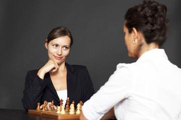 Frauen spielen Schach