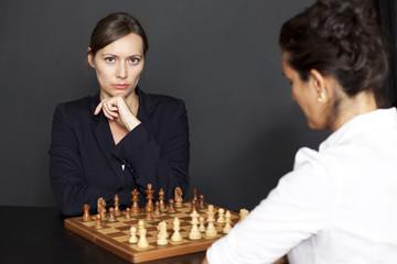 Geschäftsfrauen spielen Schach