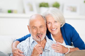 glückliches älteres ehepaar