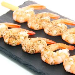 Brochettes de crevettes sur ardoise