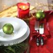 Weihnachtsessen mit grünen Kugeln