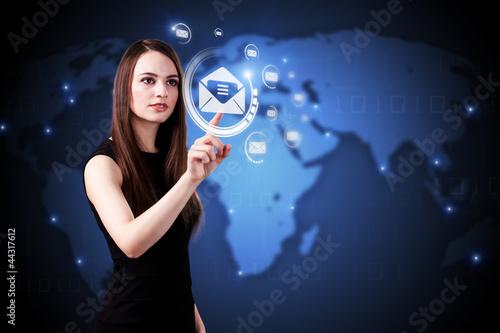 junge Frau drückt auf Mail-Button
