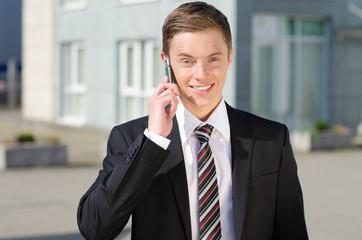 businessmann telefoniert