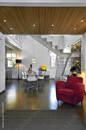 poltrona rossa e tavolo da pranzo in un soggiorno moderno