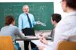 Dozent mit Studenten im Klassenraum