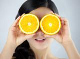 Zabawna młoda dziewczyna z dojrzałaymi pomarańczami