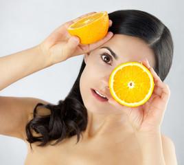 Intygująca piękna kobieta z dojrzałaymi owocami cytrusowymi
