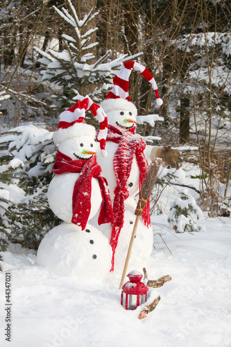 Zwei Weihnachtsmänner im Wald