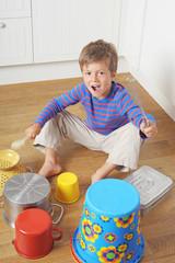 Kind spielt Schlagzeug