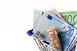 Banknoten im Einkaufswagen
