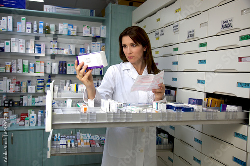 pharmacist woman looking for medicine Plakat