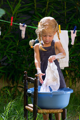 Девочка стирает белье
