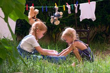 Девочки стирают игрушки