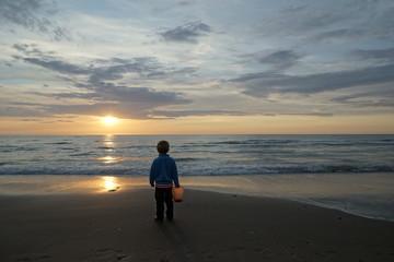 Sonnenuntergang mit Kind