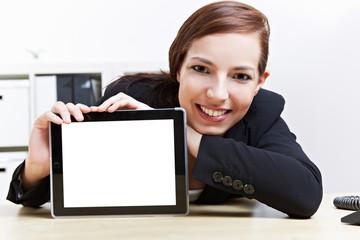 Frau präsentiert Tablet Computer