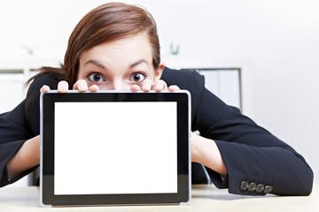 Frau schaut erstaunt über Tablet Computer