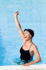 Schwimmerin freut sich