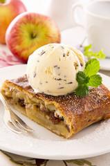 Apfelstrudel mit Eis
