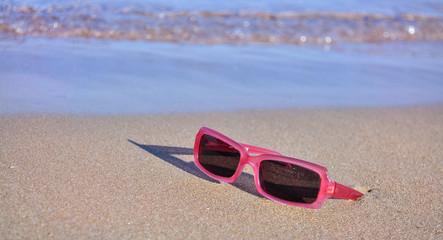 Occhiali da sole sulla spiaggia in estate