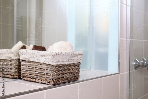 korb im badezimmer von j rg lantelme lizenzfreies foto 44381475 auf. Black Bedroom Furniture Sets. Home Design Ideas