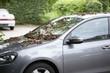 Laub auf dem Auto zum Herbstanfang