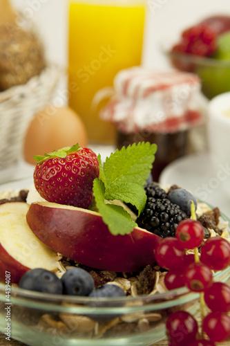 Gesundes frühstück mit cornflakes kaffee und früchten auf ein