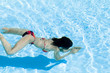 Frau taucht im Pool