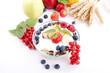 leckeres gesundes Frühstück mit cornflakes und früchten isoli