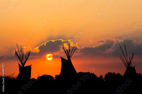In de dag Indiërs Tipi zum Sonnenuntergang