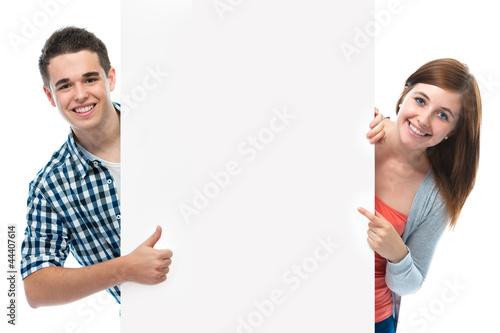 Leinwandbild Motiv Teenagers mit Werbeschild