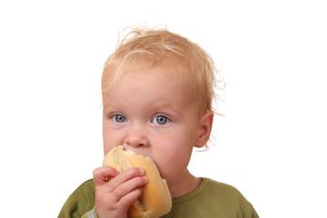 Kleines Kind isst ein Brötchen