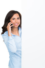 junge frau mit werbetafel telefoniert