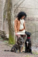 junge frau mit zwei hunden am see