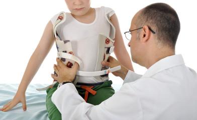 Arzt behandelt Kind mit Stützkorsett