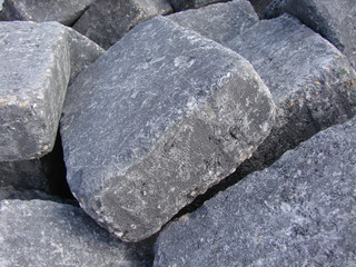 große graue eckige steine