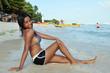 Hübsches Bikini-Mädchen am Meer
